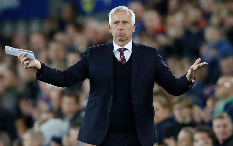 Alan Pardew coacht een wedstrijd van zijn oude club Crystal Palace. Beeld null