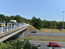 Fietser overlijdt na val op snelwegviaduct Apeldoorn