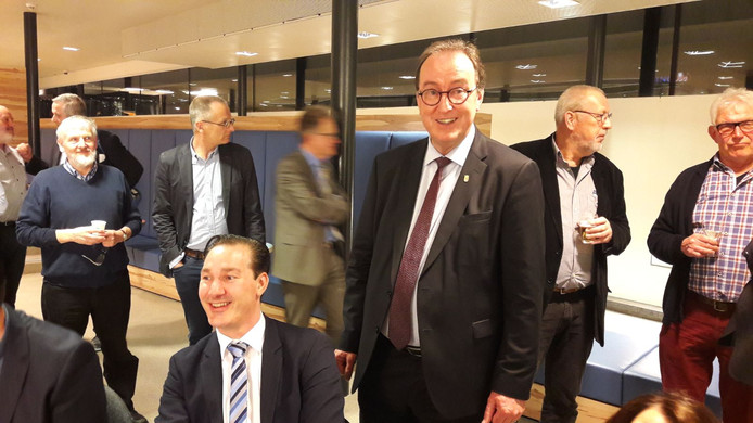 PVV-lijsttrekker Patrick van der Hoeff (midden) met achter zich burgemeester Jan Lonink wachten op  de definitieve uitslag in Terneuzen.