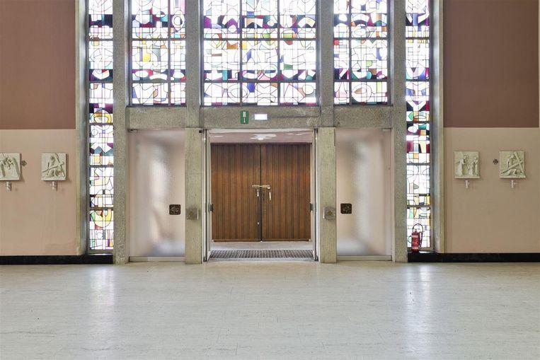 De Heilig Kruiskerk, de hoofdingang aan de binnenzijde