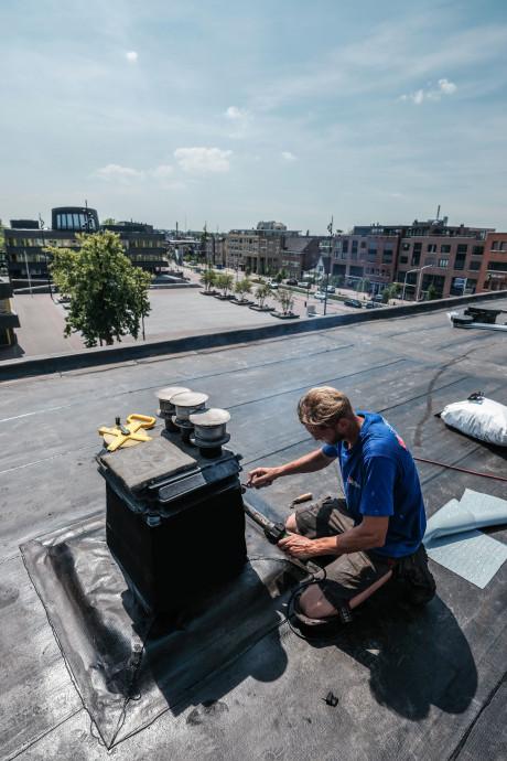 """Dakdekkers nemen maatregelen om hitte: ,,Op het dak kan het 80 graden worden"""""""