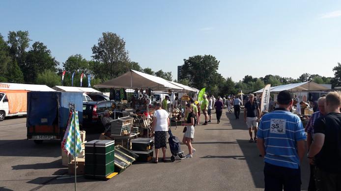 Kraampjes kijken op de bijenmarkt.