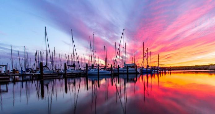 De jachthaven van Andijk bij zonsondergang.