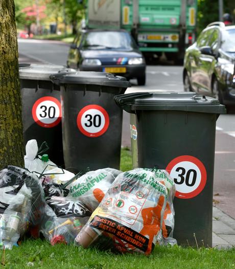 30-kilometerstickers op kliko's in Secr. L. Jansenstraat