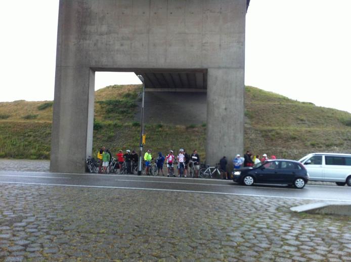 Regenbuitje doet frituur De Helling op Neeltje Jans volstromen. Met klanten. Anderen zoeken beschutting onder een viaduct.