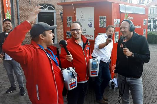 Frans Bauer maakt in Roosendaal het aantal bellen 5103 bekend van de collecteweek die NPO Radio 2 houdt voor KWF de hele week in Nederland.