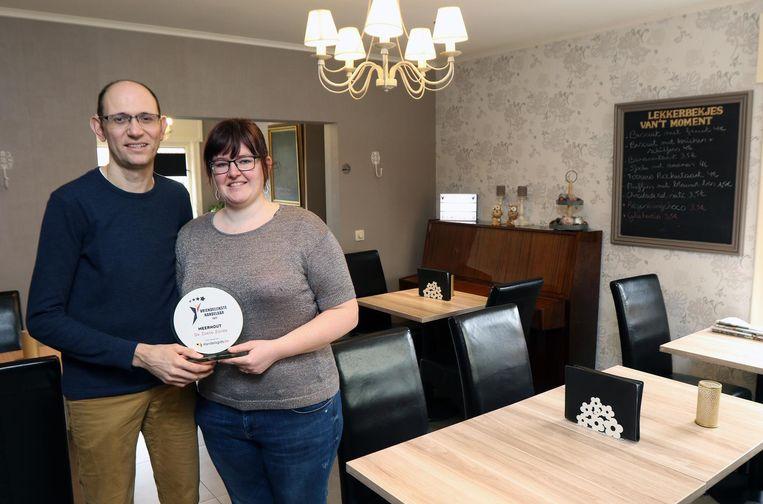 Kevin Vos en Sara Vleugels van De Zoete Zonde met de prijs in hun handen.