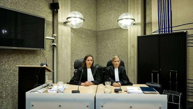 Openbare aanklagers Frieke Dekkers (L) en Maaike Bienfait-van Kempen tijdens het proces tegen Robert M. op 5 april 2012
