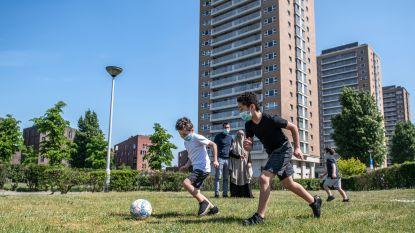 """Het leven in lockdown zoals het is in torenblok van Antwerpse Luchtbal: """"We sturen de kinderen dikwijls het balkon op"""""""