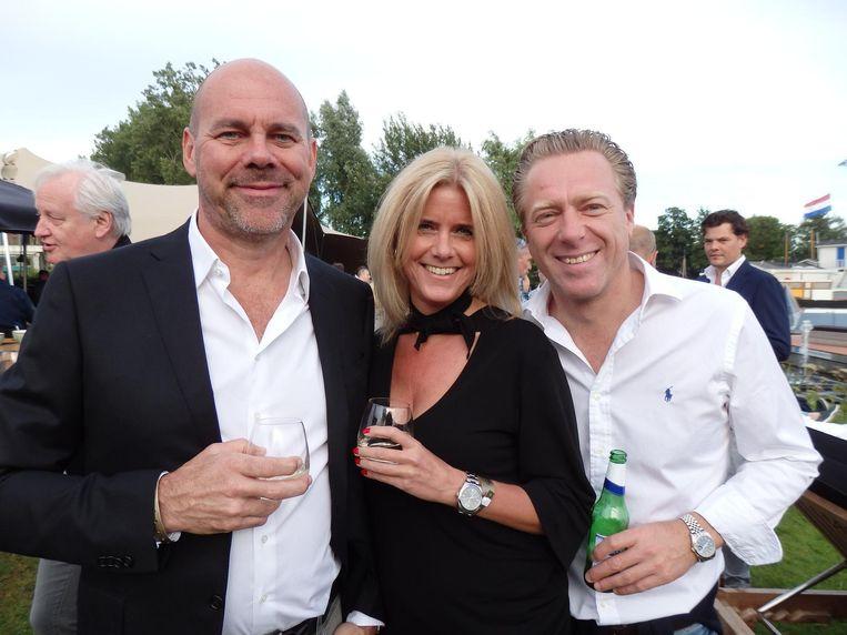 Ruud Vinke (Solid Entertainment), echtgenote Anita van Liemt en Jeroen Jansen (vlnr, Gassan Diamonds): 'Jetset? Die boten daar zijn gewoon te koop, hoor.' Beeld Schuim