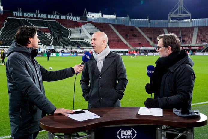 Ronald de Boer (rechts) voorafgaand aan AZ-NAC in gesprek met Arne Slot, trainer van de Alkmaarders.
