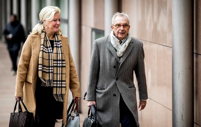 De voormalige Roermondse wethouder Jos van Rey komt aan met zijn advocate Gitte Stevens bij het gerechtshof voor het requisitoir in zijn hoger beroepszaak.