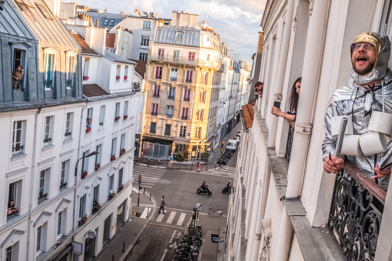 Noam Cartozo, een Parijse komiek, organiseert een dagelijkse quiz Questions pour un Balcon ofwel 'Vragen voor een balkon' met zijn buren, een parodie op een populaire Franse spelshow 'Vragen voor een kampioen'.  Beeld Joris Van Gennip