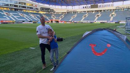 """Papa Jurgen en zoon Willem (8) beleven korte maar onvergetelijke nacht in Ghelamco Arena: """"Om 6 uur wakker, rondje rond het veld en ontbijt op bed door Peter Balette"""""""