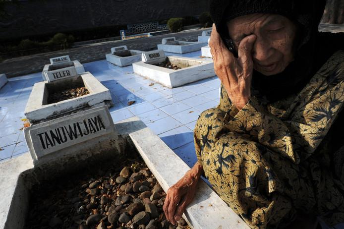 Weduwe bij het graf van een slachtoffer van het bloedbad in Rawagede.