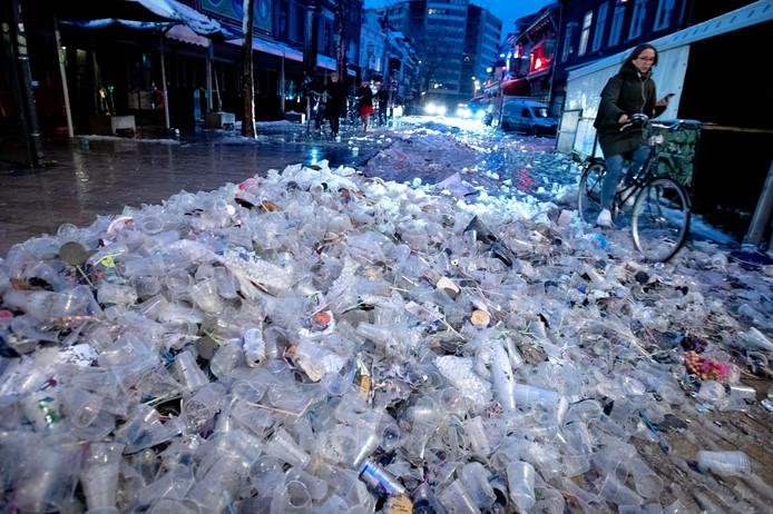 De enorme bergen plastic bekers gezien in onze stad met carnaval? Waarom is er niet gekozen voor herbruikbare bekers?