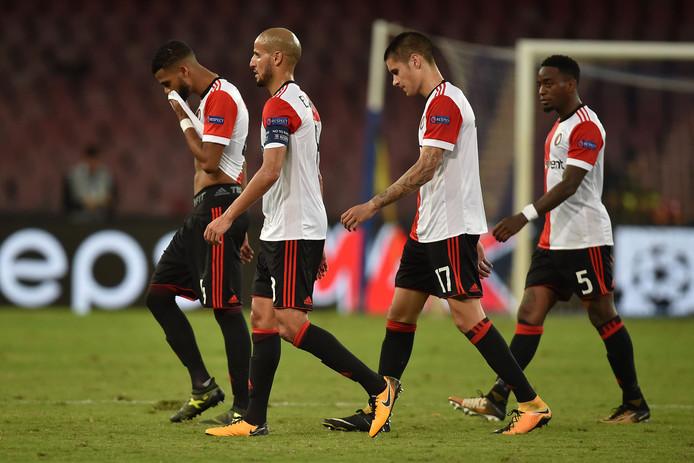 De Feyenoord-spelers druipen af na de nederlaag tegen Napoli.