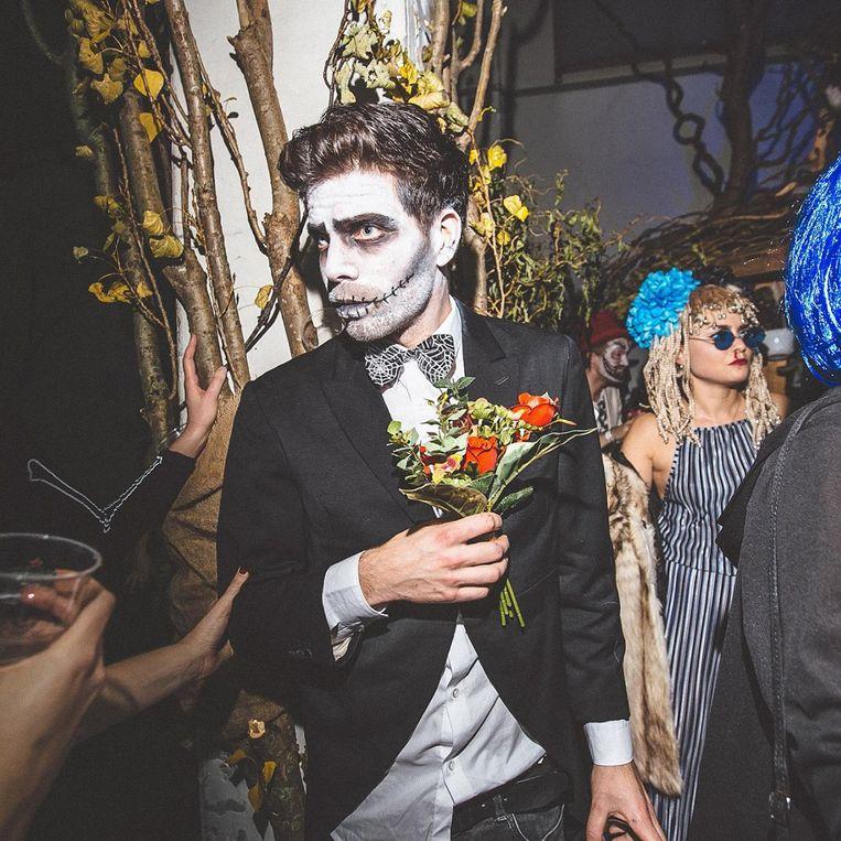 De verdwaalde bruidegom op zoek naar zijn zombiebruid Beeld Kirsten van Santen