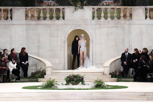 Virginie Viard, de rechterhand van Lagerfeld, moest voor hem inspringen op de Parijse modeweek.