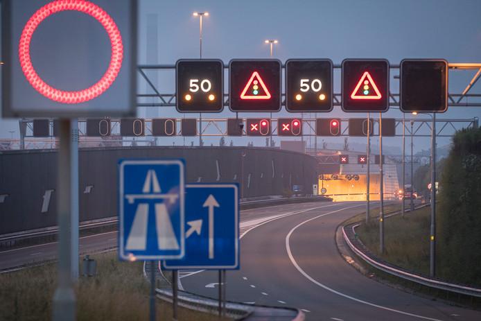 Leidsche Rijntunnel afgesloten na mogelijk schietincident. Politie onderzoekt de tunnel.