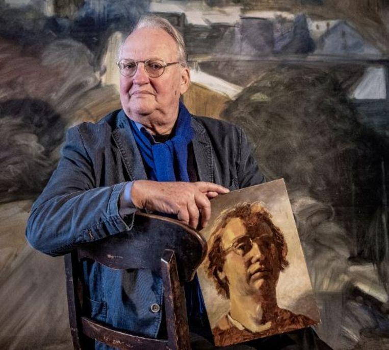 Ernst van de Wetering, zelf opgeleid als schilder, met een zelfportret in de Rembrandt-stijl, dat hij maakte in de jaren zeventig. Beeld Patrick Post