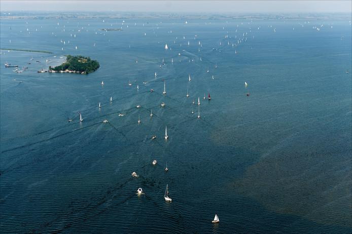 Bootjes varen vanaf het Gooimeer het IJsselmeer op.