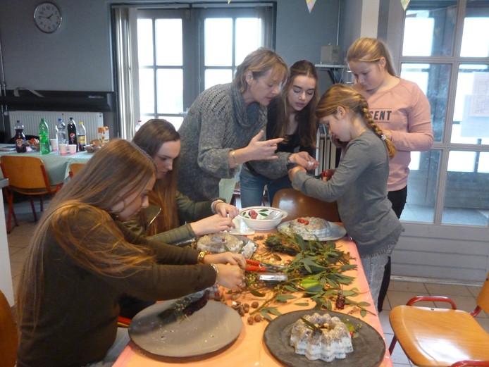 In het midden mantelzorgmakelaar Margo van den Berg met enkele jeugdige mantelzorgers en hun vriendinnen.
