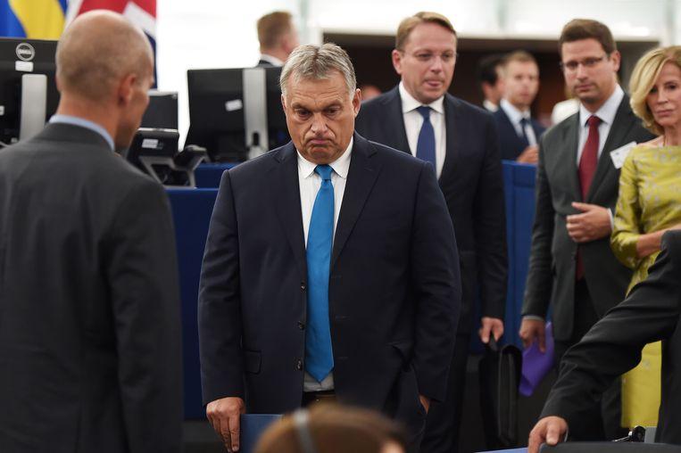 Premier Orban komt aan in het Europees Parlement.  Beeld AFP
