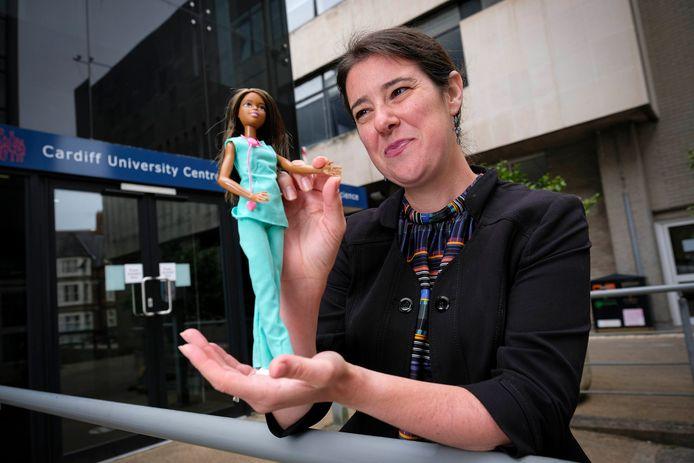 Ontwikkelingspsycholoog dr. Sarah Gerson met een Barbie pop.