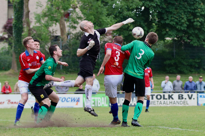 Moedig. Klaas-Jan van Zessen (VVGZ) werpt zich in het duel tegen Heerjansdam moedig tussen een kluwen van spelers.