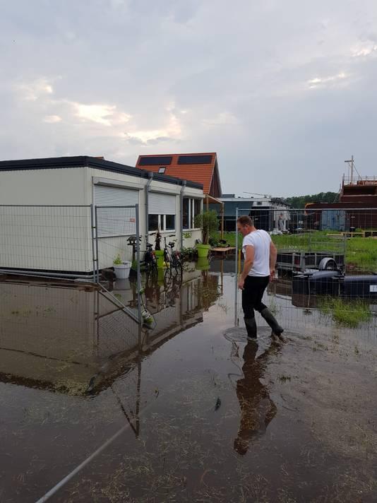 Jorgen Sweelssen bij de ondergelopen bouwplaats voor zijn huis aan de Luchen in Mierlo.