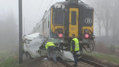 Trein rijdt bestelwagen van bpost aan in Lichtaart
