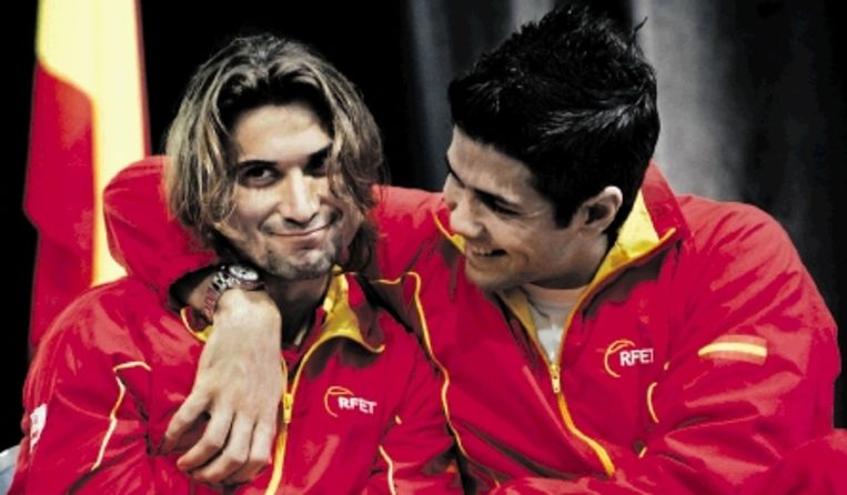 De Spanjaarden Ferrer (links) en Verdasco dollen met elkaar tijdens de loting. ( FOTO AP) Beeld AP
