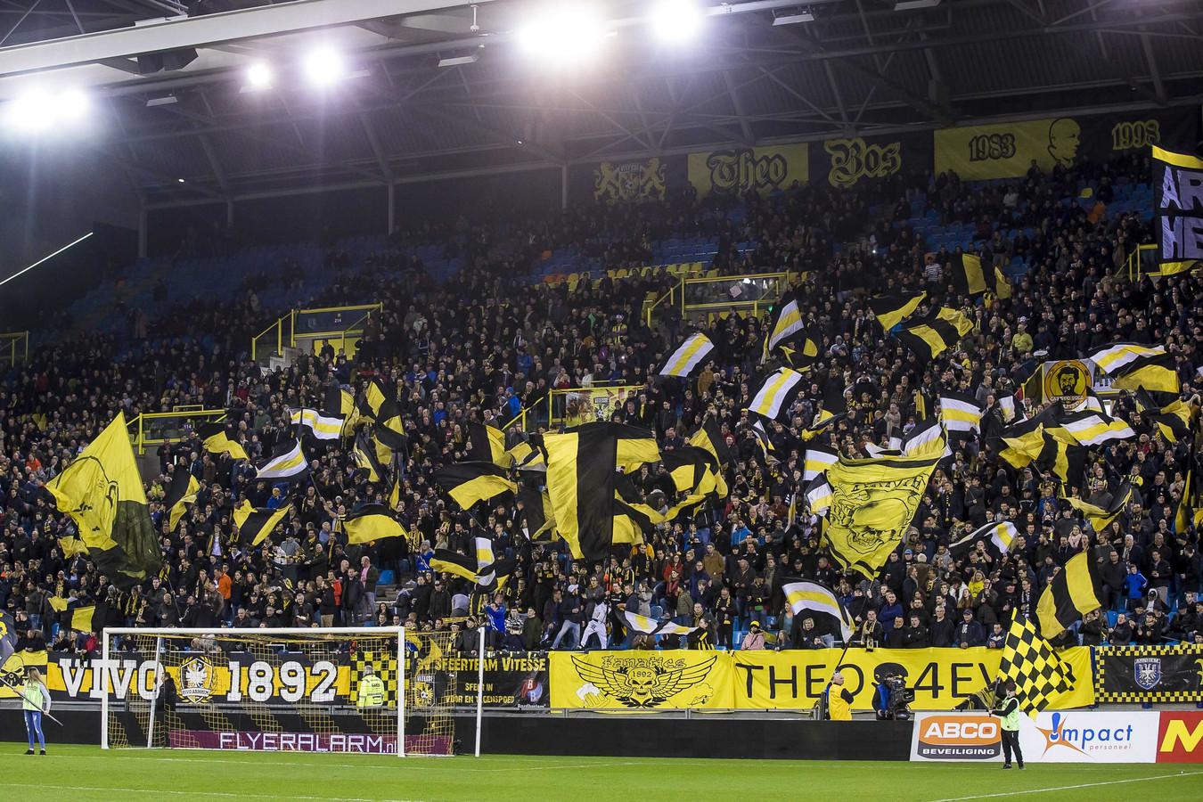 Vlaggen op de Theo Bos Zuid-tribune in GelreDome bij Vitesse-Feyenoord.