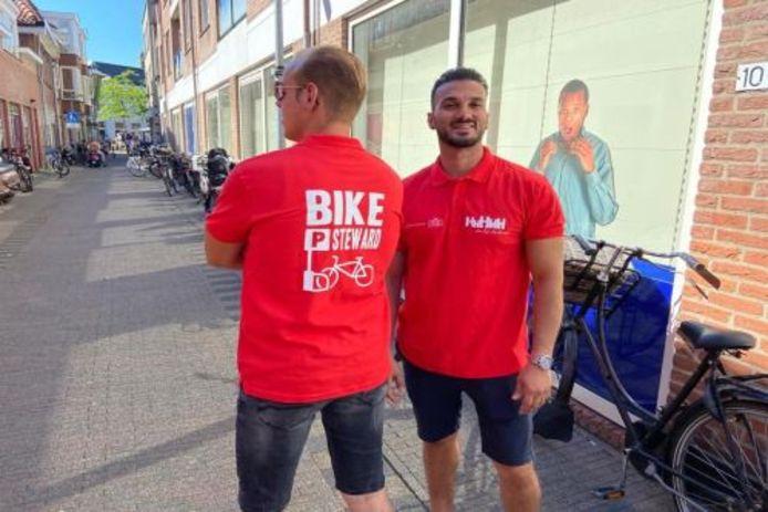Bikestewards helpen fietsers op weg naar een geschikte fietsenstalling in de binnenstad.
