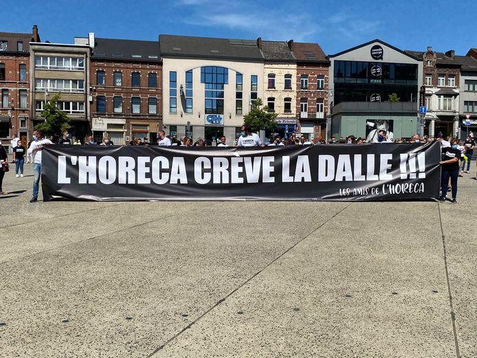 Trois cents personnes de l'Horeca ont manifesté a Charleroi lundi.