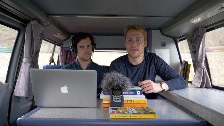 Luuk en Erik Ex in hun busje Beeld