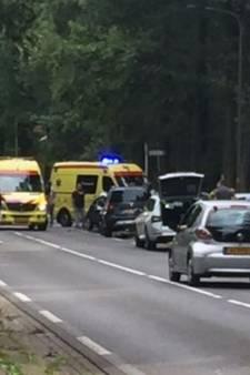 Fietser zwaargewond na aanrijding met auto net buiten Enschede