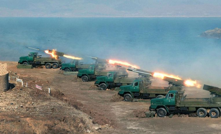 Een oefening van het Noord-Koreaanse leger met zogenaamde 'Stalin-orgels', raketten die massaal vanaf trucks kunnen worden afgevuurd. In geval van oorlog kan de Noord-Koreaanse artillerie in korte tijd dood en verderf zaaien onder Amerikaanse en Zuid-Koreaanse soldaten. Beeld AFP