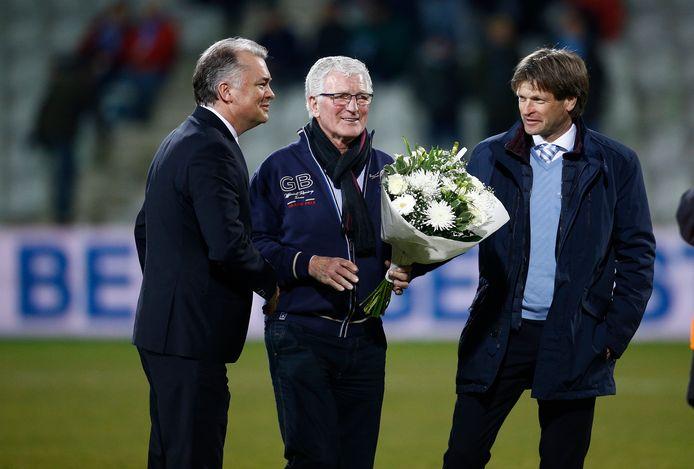 Henk Overgoor (midden) wordt in 2015 in de bloemetjes gezet door commercieel directeur Edwin van Wonderen en trainer Jan Vreman.