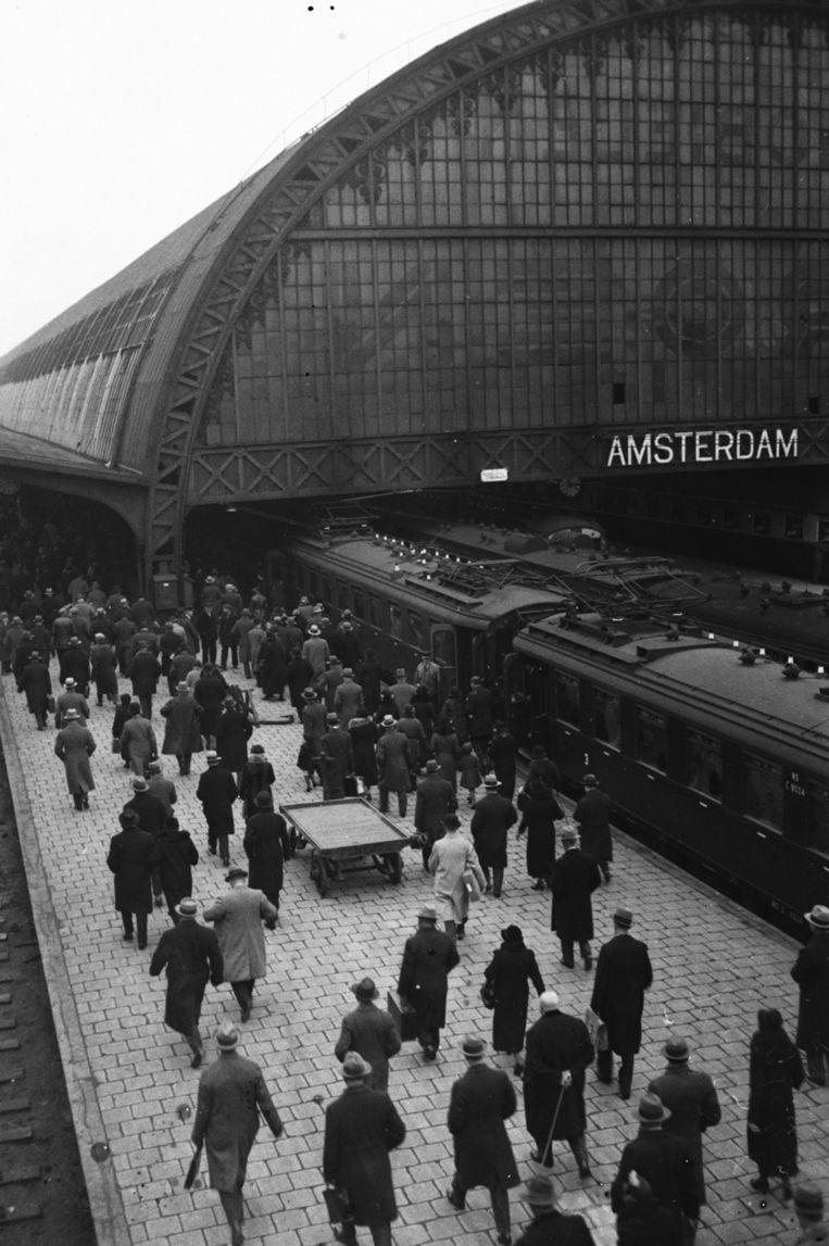 Reizigers op Amsterdam Centraal in 1933. Beeld