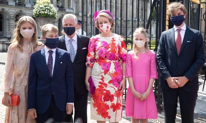 Les masques de la princesse Elisabeth et de la reine Mathilde étaient parfaitement accordés à leurs tenues.