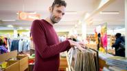 """Bert vertelt anekdotes over plaatjes uit de Kringwinkel: """"Het verhaal achter de plaat spreekt me aan"""""""
