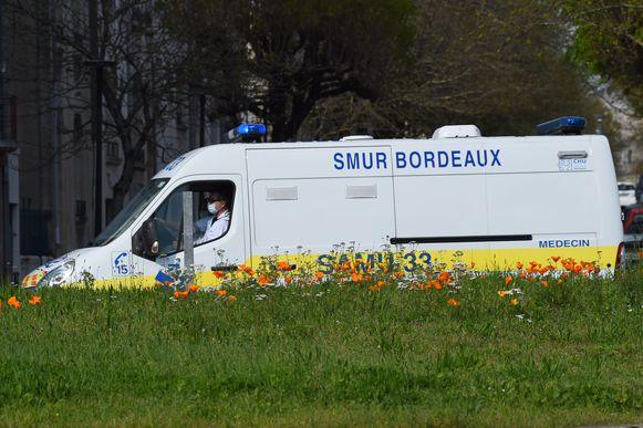 De eerste coronapatiënten worden na de landing naar ziekenhuizen in Bordeaux gebracht.