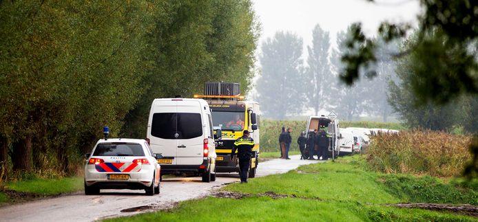Politie doet onderzoek bij een recreatiewoning aan de Hamseweg in Hooge Zwaluwe, waar een dubbele moord heeft plaatsgevonden.