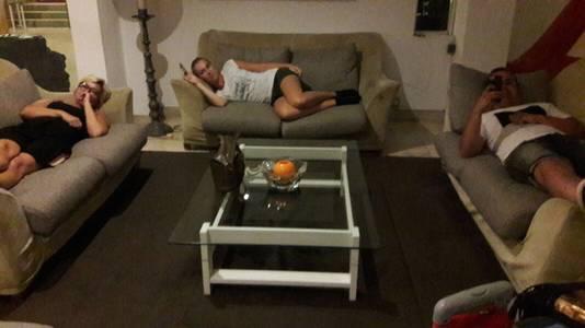 Gestrande reizigers moeten slapen op een bank in de lobby van een hotel.