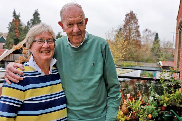 Diamanten echtpaar Jan en Joke Haandrikman-Arnolli op het balkon, waar de groene vingers van de bruidegom zichtbaar zijn.