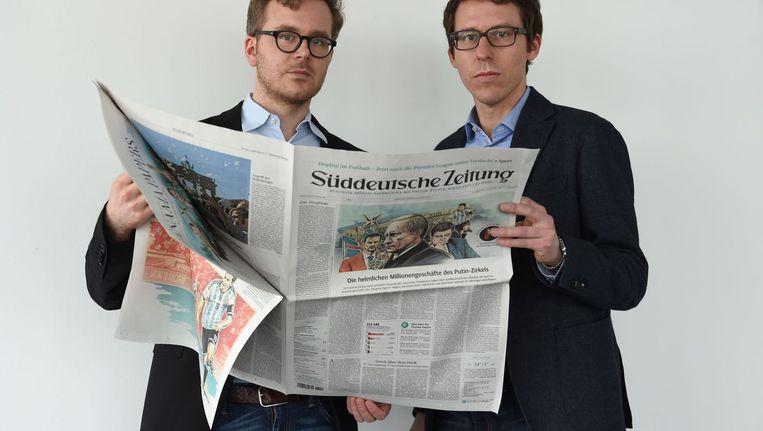 Bastian Obermayer (r) en zijn collega en co-auteur Frederik Obermaier. Beeld afp