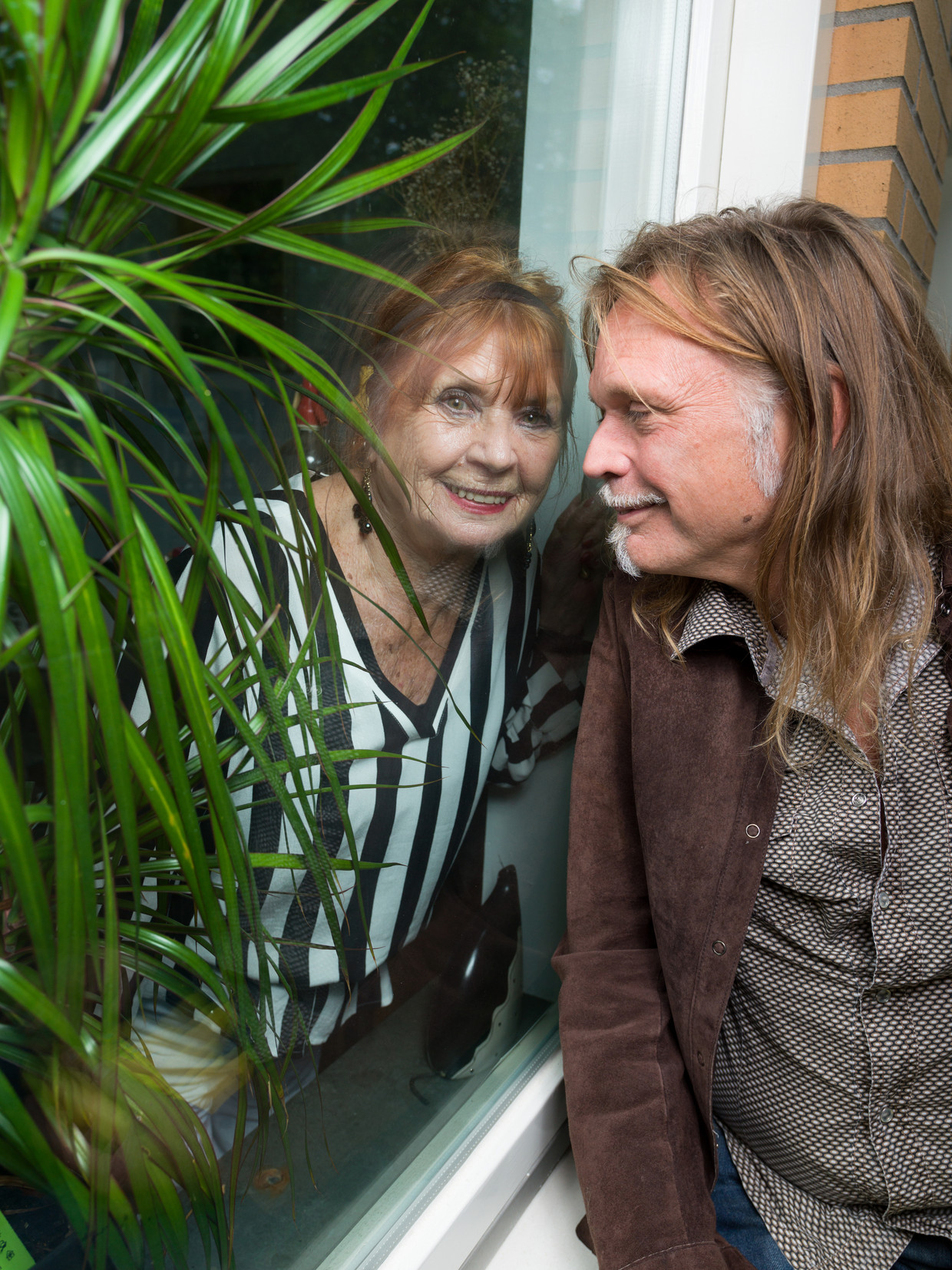 Typex en zijn moeder Alice bij haar huis in Amsterdam. Beeld Ivo van der Bent