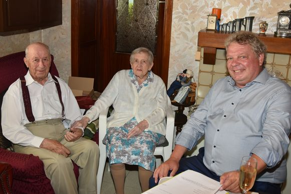 Het platina echtpaar Arthur Buelens en Maria Puttemans kreeg bezoek van burgemeester Chris Selleslagh.